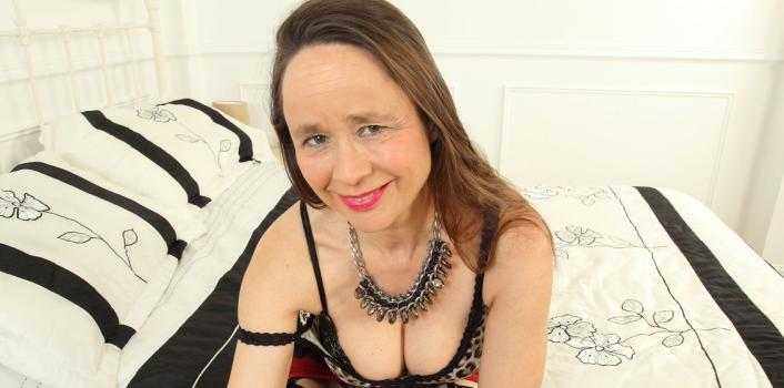 Mature.nl- Josie is a hot mature lady with a extreme hairy pussy